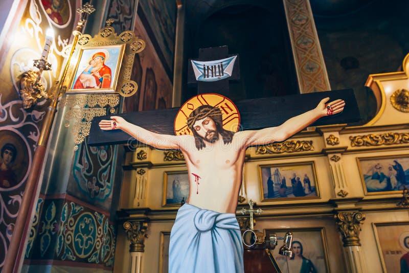 Dnipro Ukraina - Augusti 06, 2017: korsfästelse av Jesus Christ på bakgrunden av altaret i kyrkan eller domkyrkan arkivfoton