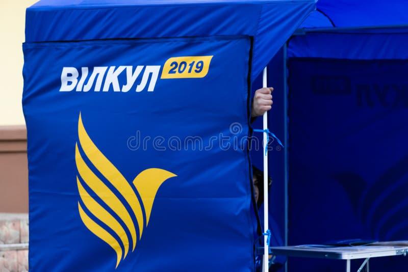 DNIPRO, UKRAINE - 2. März 2019: Straßenfördererzelt mit den Kampagnenmedienmaterialien, die Kandidaten für Präsidenten von annonc lizenzfreie stockfotografie