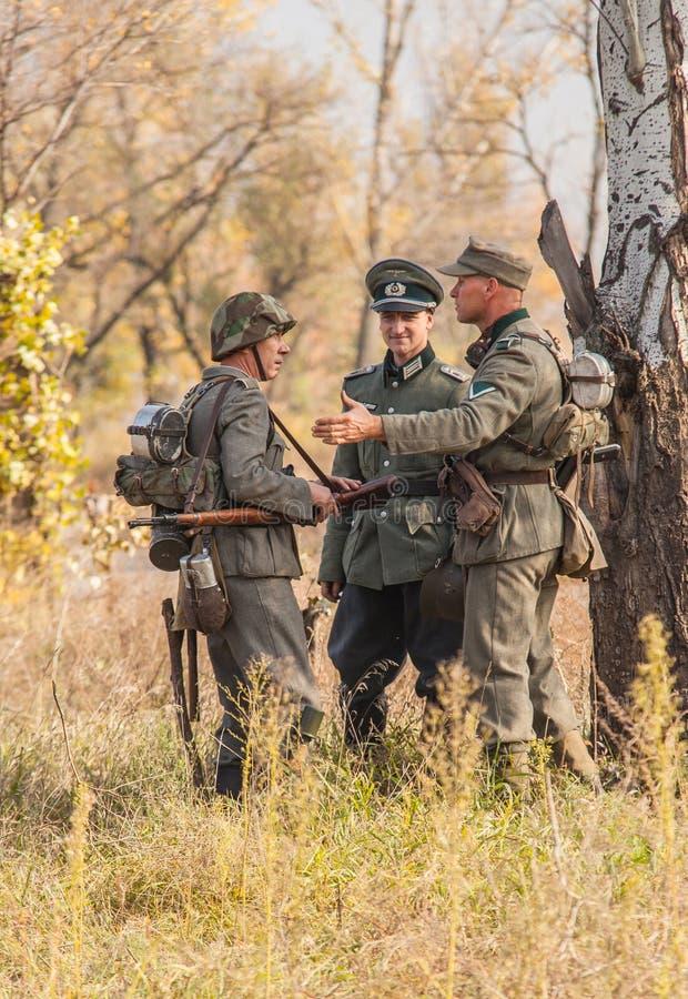 DNIPRODZERZHYNSK, UCRANIA - 26 DE OCTUBRE: Reconstrucción histórica del miembro en el uniforme en octubre 26,2013 de Nazi Germany  imagen de archivo