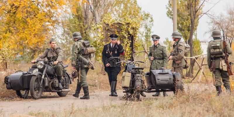 DNIPRODZERZHYNSK UKRAINA - OKTOBER 26: Historisk reenactment för medlem i den Nazi Germany likformign på Oktober 26,2013 i Dniprod arkivbilder