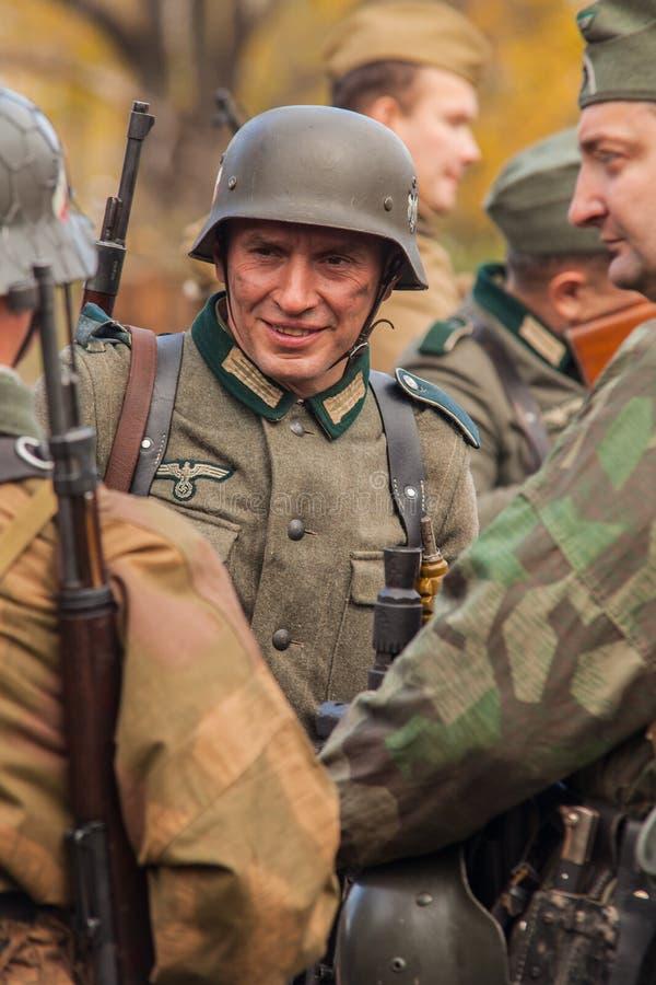 DNIPRODZERZHYNSK UKRAINA - OKTOBER 26: Historisk reenactment för medlem i den Nazi Germany likformign på Oktober 26,2013 i Dniprod royaltyfria bilder