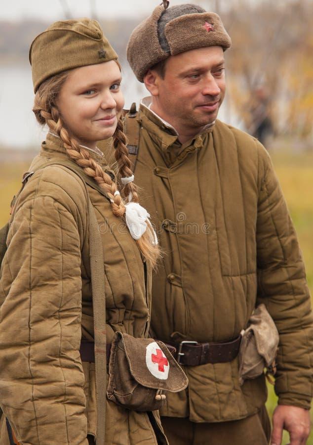 DNIPRODZERZHYNSK UKRAINA - OKTOBER 26:  Medlem av historisk reenactment i sovjetisk armélikformig efter strid på Oktober 26,2013 arkivfoton