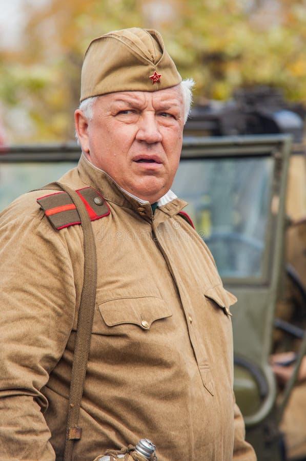 DNIPRODZERZHYNSK UKRAINA - OKTOBER 26:  Medlem av historisk reenactment i sovjetisk armélikformig efter strid på Oktober 26,2013 fotografering för bildbyråer