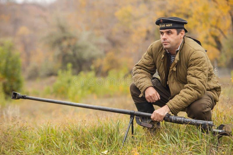 DNIPRODZERZHYNSK UKRAINA - OKTOBER 26: Medlemmen av historisk reenactment för striden visar anti--behållaren vapnet på Oktober 26, fotografering för bildbyråer