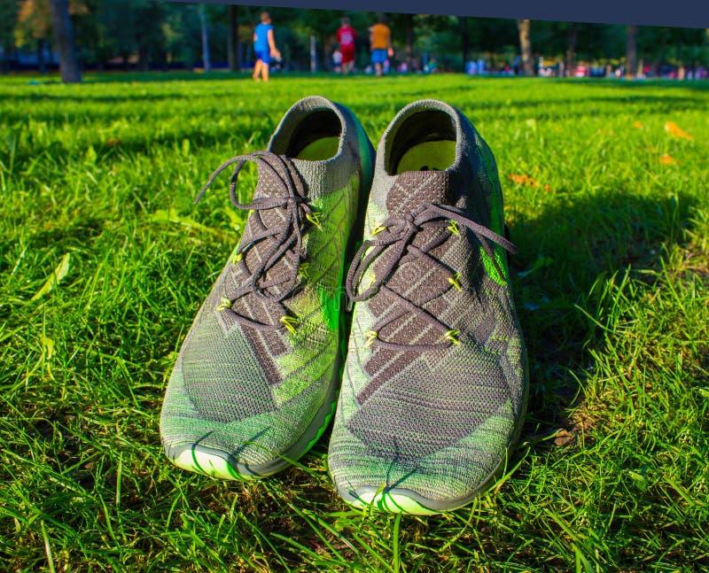 Dnipropetrovsk, Украина - 21-ое августа 2016: Новые ботинки Найк стиля на зеленой траве - иллюстративной передовице стоковые изображения