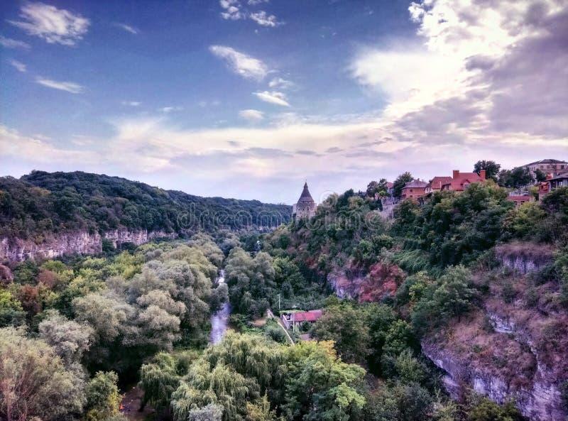 Dnister kanjon nära gammal bergstad royaltyfri bild