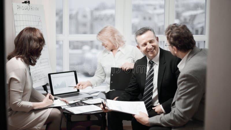 Doświadczeni pracownicy dyskutuje problemy w biurze zdjęcia royalty free