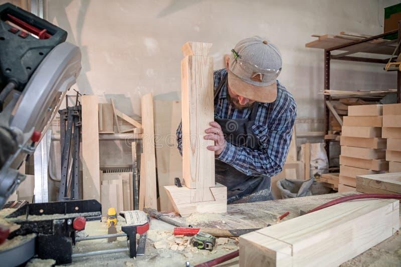 Doświadczona cieśla praca z drewnianym obraz royalty free