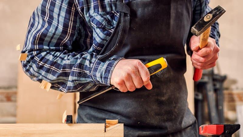 Doświadczona cieśla praca z drewnianym zdjęcie stock
