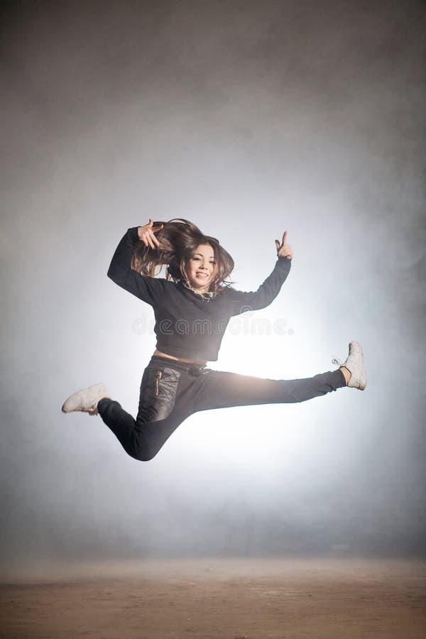 Doświadczona dziewczyna skacze w hip hop tanu zdjęcie stock