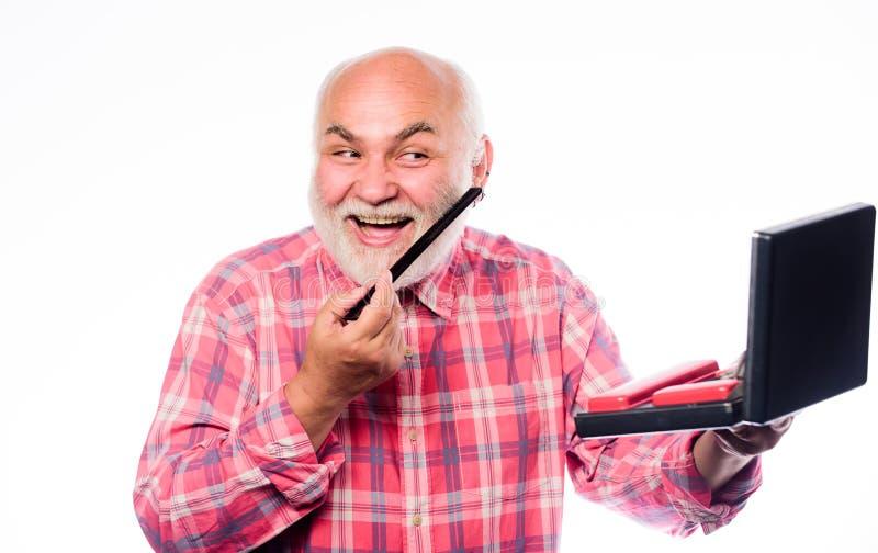 Doświadczony fryzjer docenia wysokiej jakości sprzęt fryzjerski. Opieka nad fryzurami. Zbiór brody. Kostka idealna obraz royalty free