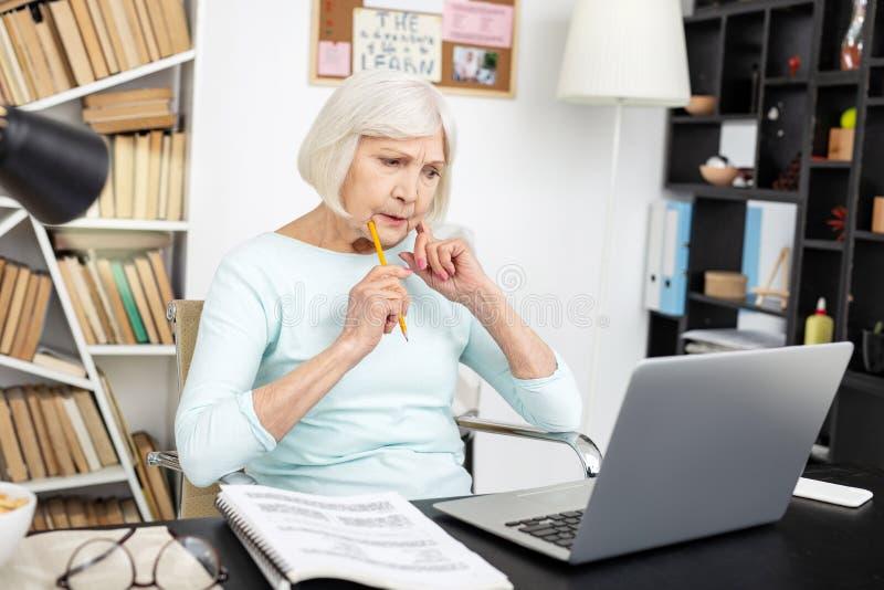 Doświadczony starszy freelancer wybiera projekt obrazy stock