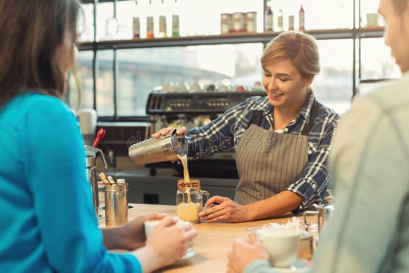 Doświadczony uśmiechnięty barista daje mistrz klasie zdjęcia stock