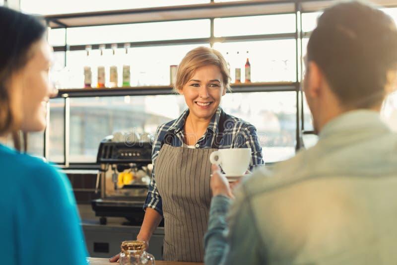 Doświadczony uśmiechnięty barista robi kawie klienci fotografia royalty free