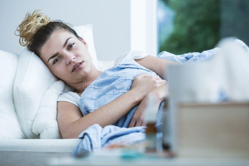 do łóżka dziewczyny ręce zamkniętej chory termometr, obrazy stock