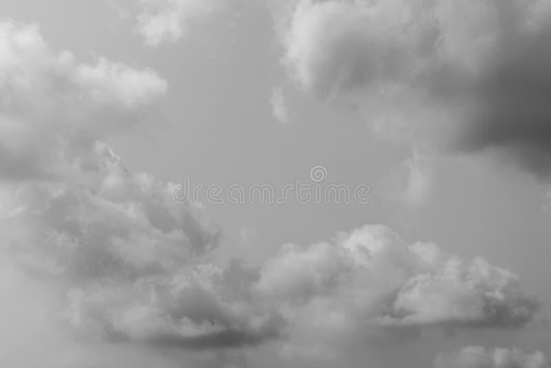 Do céu as nuvens naturais lá são muitas fundo Imagem preto e branco imagens de stock royalty free