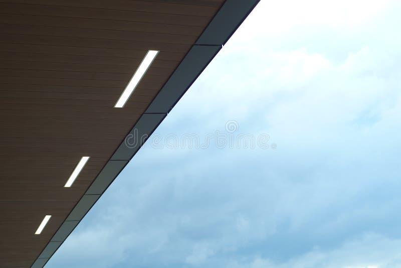 Do céu moderno das luzes da arquitetura do aeroporto da estação terminal telhado industrial da partida fotos de stock