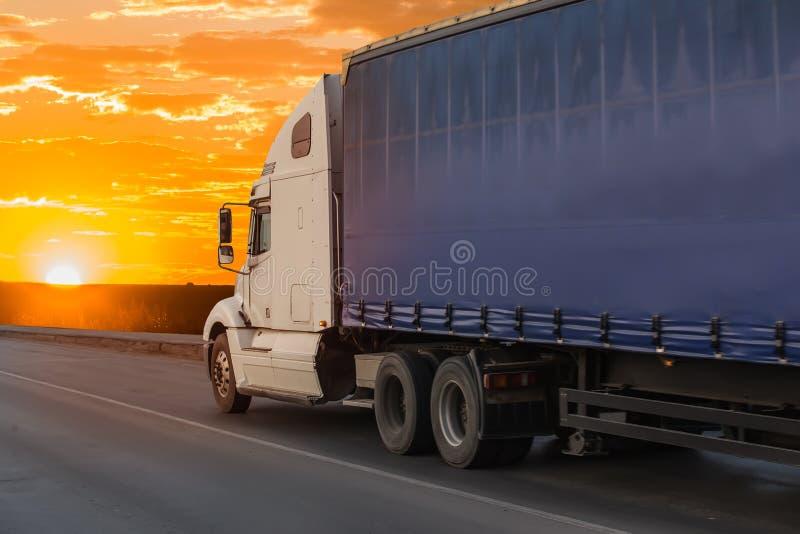 Do caminhão movimentos grandes do reboque semi na estrada fotos de stock royalty free