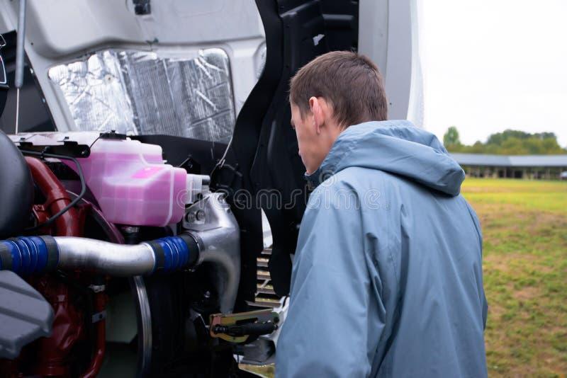 Do camionista da verificação motor do caminhão semi antes de conduzir semi o caminhão fotos de stock