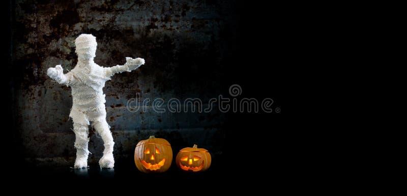 Do caráter assustador da mamã do fundo de Dia das Bruxas abóboras alaranjadas na parede do vintage Copie o espaço fotografia de stock