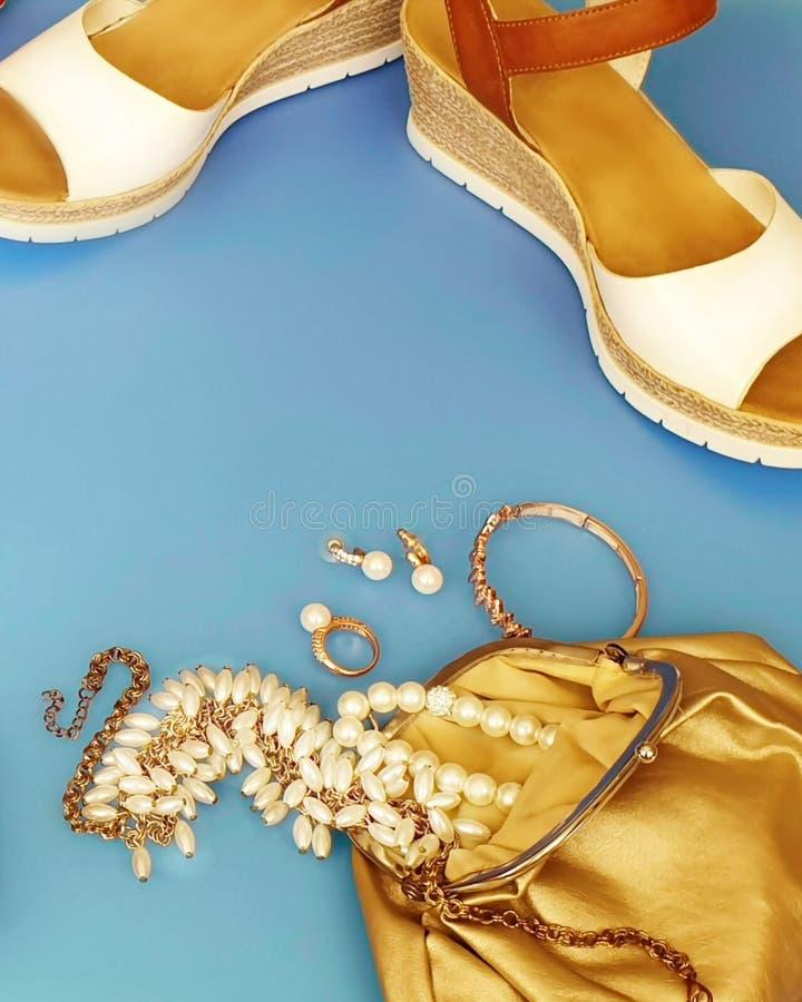 Do chapéu vermelho branco da bolsa de Ring Earring das sandálias do verão dos acessórios das mulheres pi branco da forma da carte foto de stock