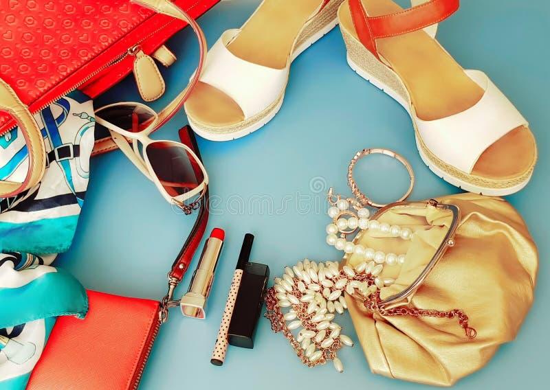Do chapéu vermelho branco da bolsa de Ring Earring das sandálias do verão dos acessórios das mulheres pi branco da forma da carte fotos de stock royalty free