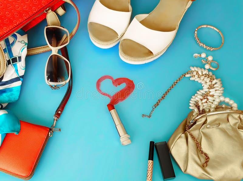 Do chapéu vermelho branco da bolsa de Ring Earring das sandálias do verão dos acessórios das mulheres pi branco da forma da carte foto de stock royalty free