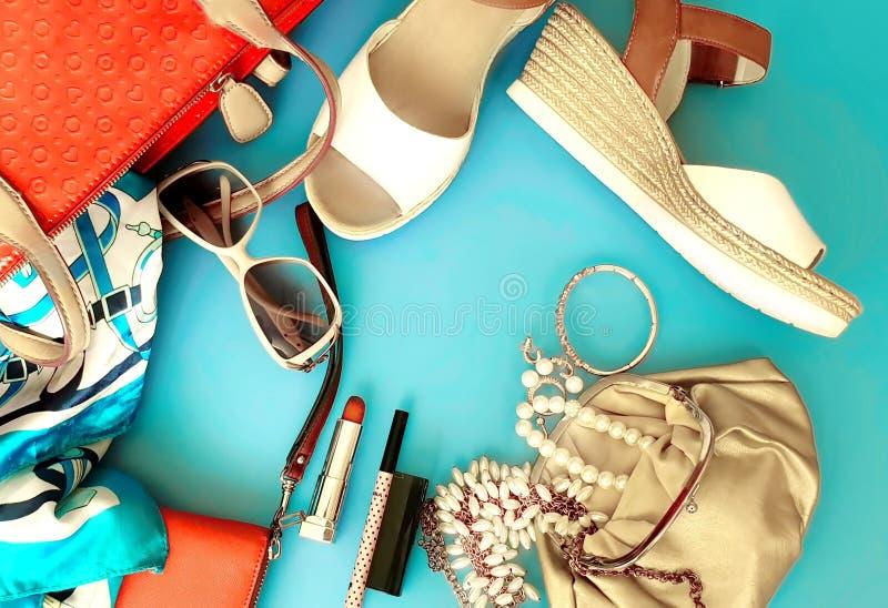Do chapéu vermelho branco da bolsa de Ring Earring das sandálias do verão dos acessórios das mulheres pi branco da forma da carte imagem de stock royalty free