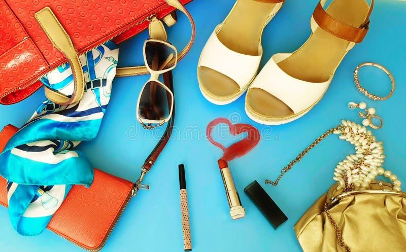 Do chapéu vermelho branco da bolsa de Ring Earring das sandálias do verão dos acessórios das mulheres pi branco da forma da carte fotografia de stock royalty free