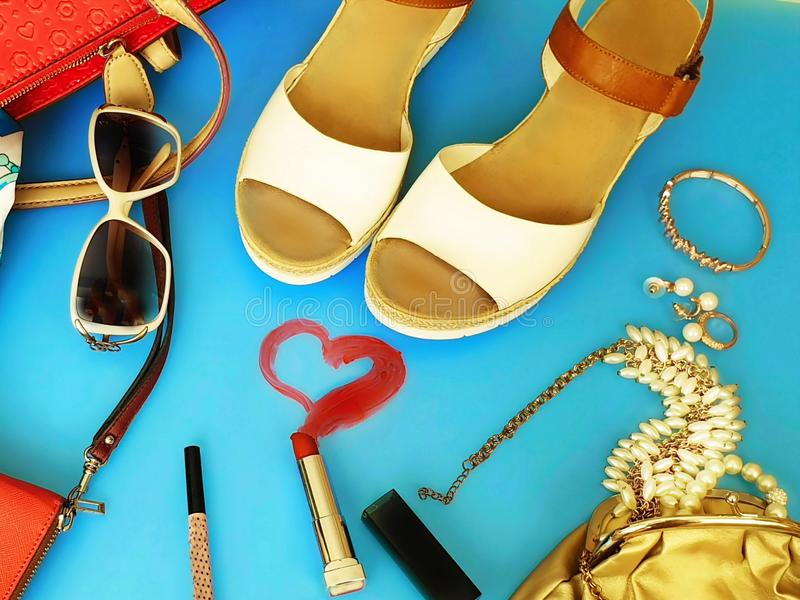 Do chapéu vermelho branco da bolsa de Ring Earring das sandálias do verão dos acessórios das mulheres pi branco da forma da carte fotografia de stock
