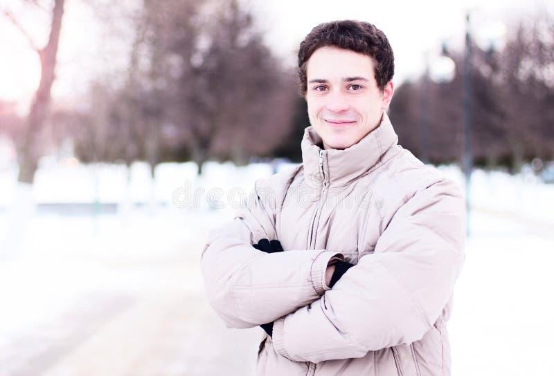 Do close-up do indivíduo da rua do revestimento inverno fora, pessoa segura feliz do conceito da ideia, estilo de vida da forma,  imagens de stock