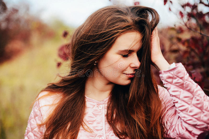 Do close up retrato fora da mulher caucasiano nova lindo O fotografia de stock royalty free