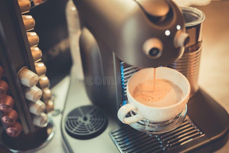 Do close up vida ainda da máquina do fabricante de café do café com copos da caneca e vagens da cápsula imagem de stock