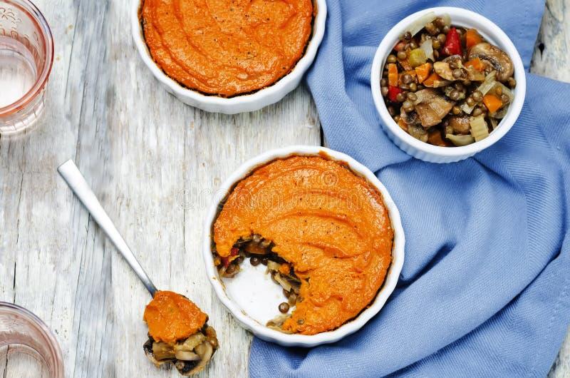 Do cogumelo verde da lentilha do vegetariano a batata doce Shepherds a torta imagens de stock royalty free