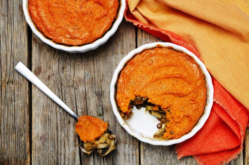 Do cogumelo verde da lentilha do vegetariano a batata doce Shepherds a torta imagem de stock