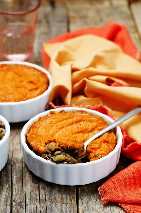 Do cogumelo verde da lentilha do vegetariano a batata doce Shepherds a torta fotografia de stock