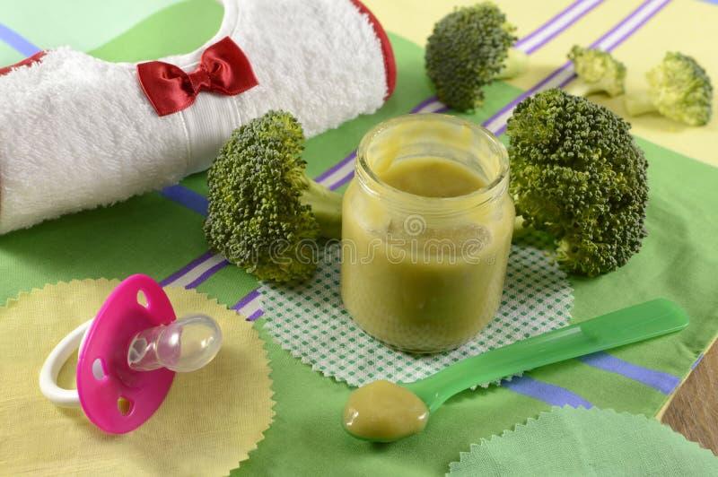 Do comida para bebê vida ainda com brócolis fotos de stock