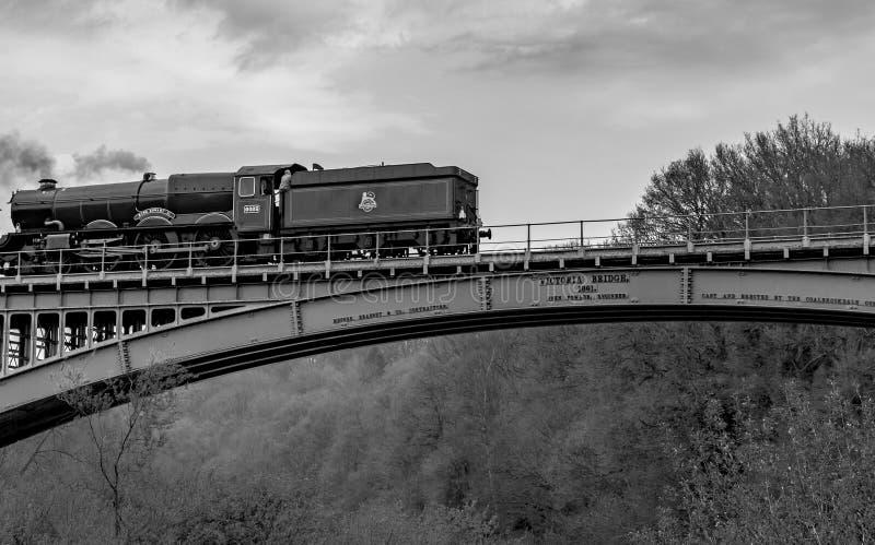 2do de rey George ii - el tren azul del vapor del rey que pasa el puente de Victoria imagen de archivo