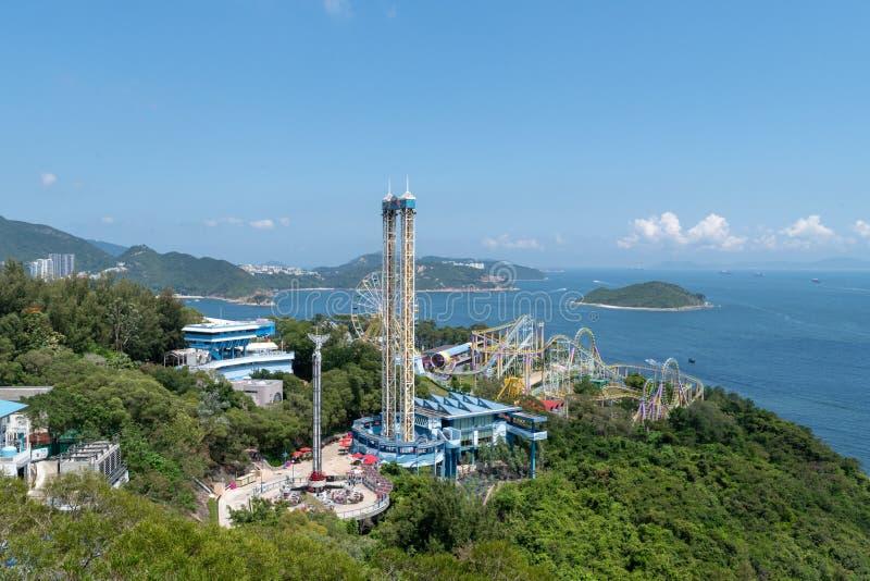 Do dia coloruful das construções do divertimento de Hong Kong do parque do oceano colorido brilhante fotos de stock