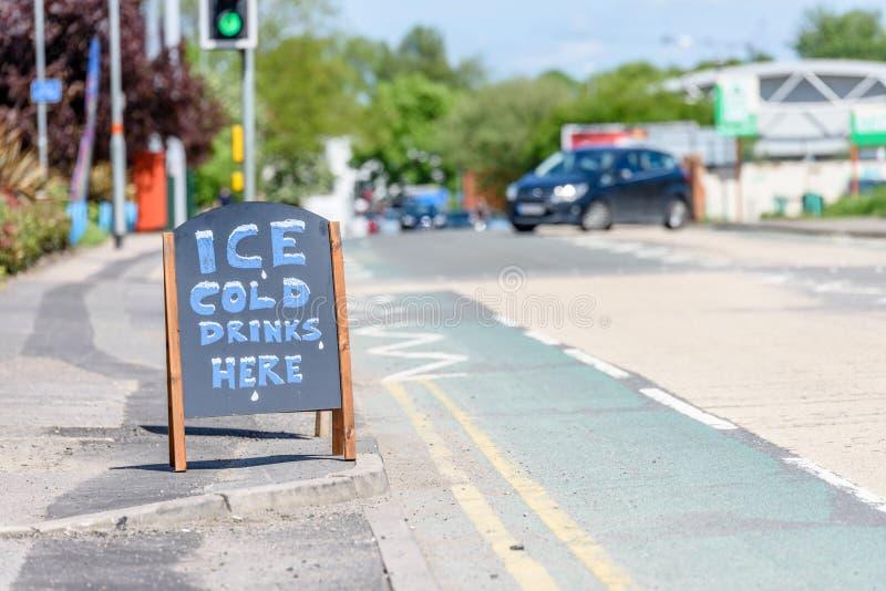 Do dia da opinião das bebidas sinal de madeira gelado aqui no passeio britânico imagem de stock
