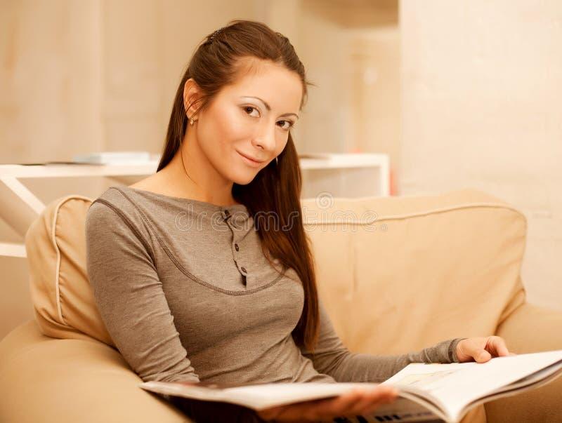 do domu czytelnicza kobieta zdjęcie royalty free
