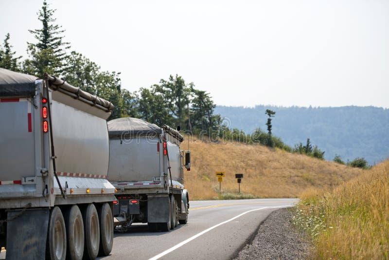 Do equipamento caminhão basculante grande do caminhão semi com os dois reboques que conduzem com volume Ca fotos de stock