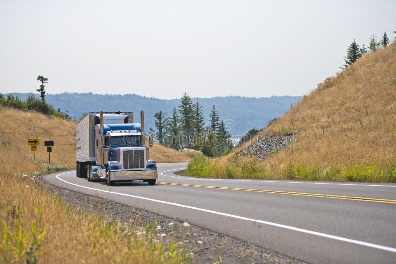 Do equipamento do clássico caminhão grande azul semi com o reboque semi refrigerado t fotos de stock