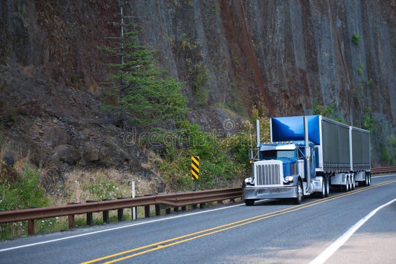 Do equipamento grande da capota caminhão americano clássico azul semi com os dois cobertos fotografia de stock royalty free