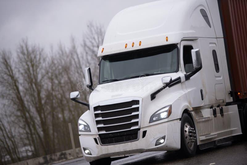 Do equipamento recipiente de transporte grande moderno do trator do caminhão semi com co fotografia de stock