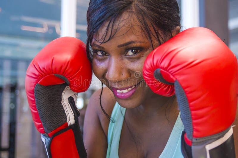 Do estilo de vida retrato do gym dentro da mulher afro-americana preta atrativa e bonita nova que treina vestir alegre de sorriso imagens de stock royalty free