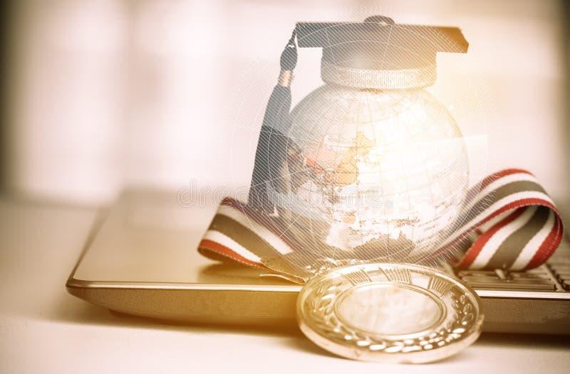 Do estudo conceito graduado no exterior, tampão da graduação no globo superior da terra fotos de stock royalty free