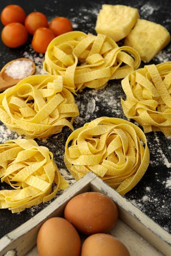 Do Fettuccine da massa do alimento vida italiana ainda rústica sobre a madeira preta imagem de stock royalty free