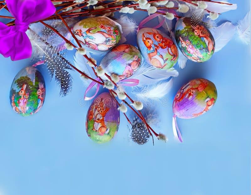 Do fundo azul lilás dos cumprimentos da ilustração da curva dos ovos da páscoa ilustração amarela vermelha do projeto do feriado  imagens de stock
