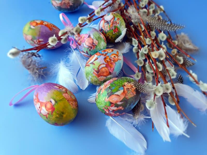 Do fundo azul lilás dos cumprimentos da ilustração dos ovos da páscoa ilustração amarela vermelha do projeto do feriado do tema d fotografia de stock